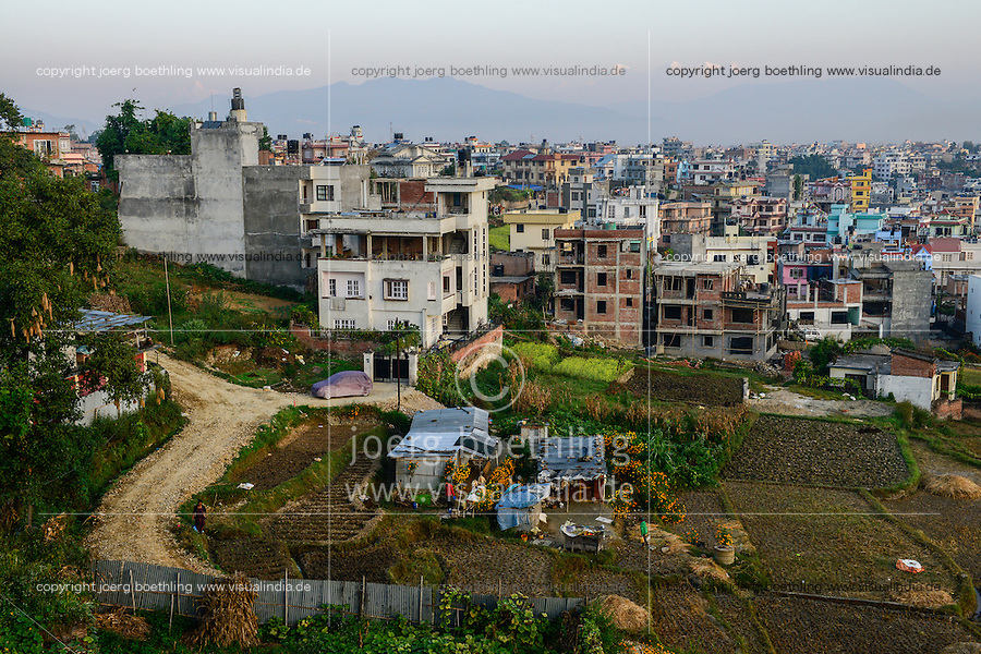 NEPAL Kathmandu, city growth, loss of agricultural fields, a remaining tin-shed hut and paddy fields / Staedtewachstum, Verlust von landwirtschaftlicher Flaeche, letzte Huette und abgeerntete Reisfelder