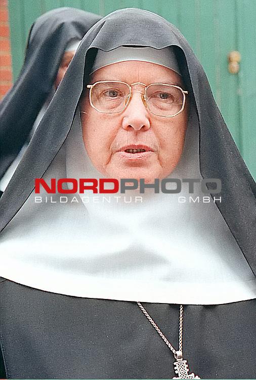 Benediktinerinnen des Klosters Dinklage verhinderten mit einer Sitzblockade die Abschiebung ukrainischer Asylbewerber<br /> <br /> Aus Sicht der BehŲrde ging es um einen Routinefall. Der heiŖt Sergej Zubatschev und ist Asylbewerber aus der Ukraine. FŁr Zubatschev, seine Frau Nastja und seine fŁnfj&scaron;hrige Tochter Natascha waren alle Rechtswege l&scaron;ngst ausgeschŲpft. Der 33j&scaron;hrige Untermaat der russischen Schwarzmeerflotte gab an, in der Ukraine schwer drangsaliert worden zu sein, weil er sich bei einer Demonstration in Sewastopol fŁr den AnschluŖ der Krim an RuŖland stark gemacht habe. Da er keinen anderen Ausweg als die Flucht nach Deutschland gesehen habe, gelte er nun bei den Russen als Deserteur und mŁsse auch dort schwere Strafen fŁrchten. Doch Zubatschevs Asylantr&scaron;ge wurden als &quot;offensichtlich unbegrŁndet&quot; abgelehnt. Die Ukraine ist ein sogenanntes &quot;Nichtverfolger-Land&quot;. Zubatschev tauchte unter. Bei den Nonnen in Dinklage<br /> <br /> ARCHIVAUFNAHMEN 17.JUNI 1997<br /> <br /> FOTO: Mutter Maire - LEITERIN DES Benediktinerinnen des Klosters Dinklage<br /> <br /> Foto: &copy; nordphoto