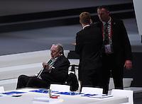 Fussball International Ausserordentlicher FIFA Kongress 2016 im Hallenstadion in Zuerich 26.02.2016 Ex UEFA Praesident und Ex FIFA-Exekutivkomitee Mitglied Lennart Johansson (li, Schweden) im  Rollstuhl