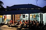INDIA Westbengal, evening school for Dalit and Adivasi children in village Sukna  / INDIEN Westbengalen , Lutherischer Weltbund Indien foerdert Projekte zur Bildung u. laendlichen Entwicklung fuer Adivasi und Dalits , Abendschule fuer Schulkinder und Schulabbrecher im Elternhaus von Punam Hembran im Dorf Sukna