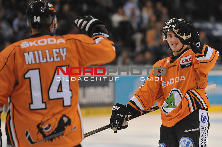 26.09.2014,  O2 World, Hamburg, GER, DEL, Hamburg Freezers vs Grizzly Adams Wolfsburg, im Bild Tyson Mulock (Wolfsburg #26) schiesst den Ausgleich zum 1-1 und jubelt mit der Mannschaft/ Foto © nordphoto/ Witke