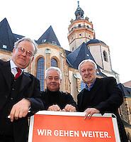 9.Oktober 1989 in Leipzig - Pfarrer Christian Führer (mi.) mit Friedrich Schorlemmer (li.) und Werner Schulz ( DDR Bürgerrechtler und Bundestagsabgeordneter der Grünen) vor der Nikolaikirche. Porträt . Foto: Norman Rembarz..Norman Rembarz, Autorennummer 41043728 ,Holbeinstr. 14, 04229 Leipzig, Tel.: 01794887569, Hypovereinsbank: BLZ: 86020086, KN: 357889472, St.Nr.: 231/261/06432 - Jegliche kommerzielle Nutzung ist honorar- und mehrwertsteuerpflichtig! Persönlichkeitsrechte sind zu wahren. Es wird keine Haftung übernommen bei Verletzung von Rechten Dritter. Autoren-Nennung gem. §13 UrhGes. wird verlangt. Weitergabe an Dritte nur nach  vorheriger Absprache..