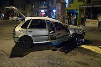 SAO PAULO, SP, 09.09.2013 - Acidente, motorista perde o controle do carro ao passar em alta velocidade pela lombada na Rua Comandate Taylor bate e dois carros e capota na madrugada desta segunda feira (09) (Foto: Amauri Nehn / Brazil Photo Press).