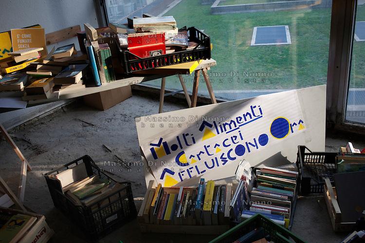 Milano: il collettivo Macao occupa la torre Galfa per farne un centro culturale. Piccola libreria all'interno dello spazio