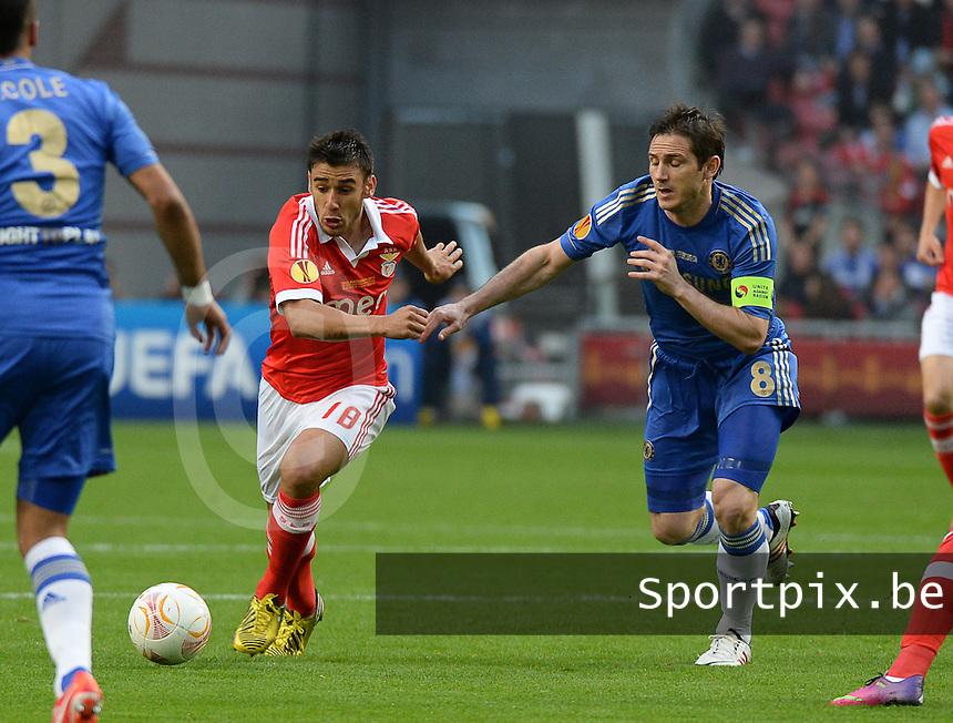 Benfica Lissabon - Chelsea FC : Eduardo Salvio aan de bal voor Frank Lampard.foto DAVID CATRY / Nikonpro.be