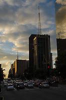 SAO PAULO, 28 DE MARCO DE 2013 - FIM DE TARDE PAULISTA - Fim de tarde visto da Avenida Paulista, nesta quinta feira, 28,  vespera de feriado de Pascoa. (FOTO: ALEXANDRE MOREIRA / BRAZIL PHOTO PRESS)