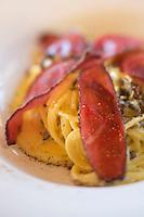 Italie, Val d'Aoste, Valtournenche: spaghetti à la carbonara d'ici avec Motsetta  - Restaurant: Foyer des Guides, Laviel/Pessey // Italy, Aosta Valley, Valtournenche: spaghetti carbonara with Motsetta - - Restaurant: Foyer des Guides, Laviel/Pessey