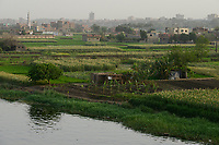 EGYPT, Cairo, farming at river Nile, due to massive construction and city growth the fertile arable land is decreasing  / AEGYPTEN, Kairo, Landwirtschaft am Nil, durch zunehmenden Bau von Haeusern schrumpft die fruchtbare landwirtschaftliche Flaeche