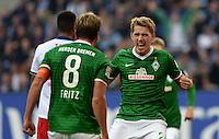 FUSSBALL   1. BUNDESLIGA   SAISON 2013/2014   6. SPIELTAG Hamburger SV - SV Werder Bremen                       21.09.2013 Clemens Fritz (li) und Nils Petersen (v.l., beide SV Werder Bremen) jubeln nach dem Tor zum 0:1