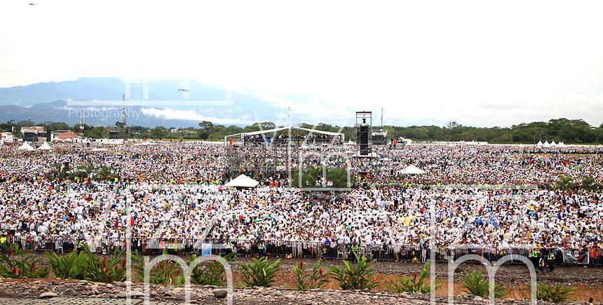 VILLAVICENCIO - COLOMBIA, 08-09-2017: Miles de personas esperan en el aeropuerto de Catama en Villavicencio la llegada del Papa Fracisco para celebrar la misa. El Papa Francisco realiza la visita apostólica a Colombia entre el 6 y el 11 de septiembre de 2017 llevando su mensaje de paz y reconciliación por 4 ciudades: Bogotá, Villavicencio, Medellín y Cartagena. / Thousands of people await at Catama airport in Villavicencio to arrive od Pope Francis to celebrate the mass. Pope Francisco made the apostolic visit to Colombia between September 6 and 11, 2017, bringing his message of peace and reconciliation to 4 cities: Bogota, Villavicencio, Medellin and Cartagena Photo: VizzorImage / Jose Miguel Gómez / Prensa Episcopado Colombiano