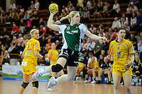 Julia Wenzl (VFL) im Sprungwurf, rechts Anne Müller (HCL)