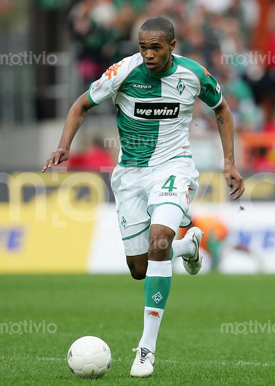 Fussball Bundesliga SV Werder Bremen - 1. FC Nuernberg NALDO (SVW), Einzelaktion am Ball, Action.