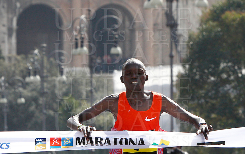 Il kenyota Kanda Luka Lokobe taglia il traguardo della Maratona di Roma, 18 marzo 2012..Kenya's Kanda Luka Lokobe wins the Marathon of Rome, 18 march 2012..UPDATE IMAGES PRESS/Riccardo De Luca