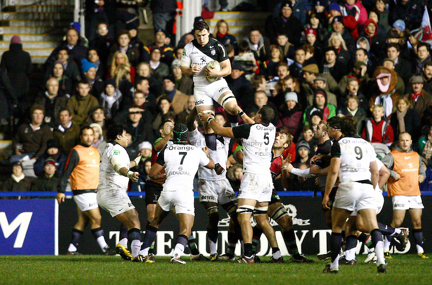 Photo: Richard Lane/Richard Lane Photography. Harlequins v Stade Toulouse. Heineken Cup. 09/12/2011. Toulouse's Gregory Lamboley wins a lineout.