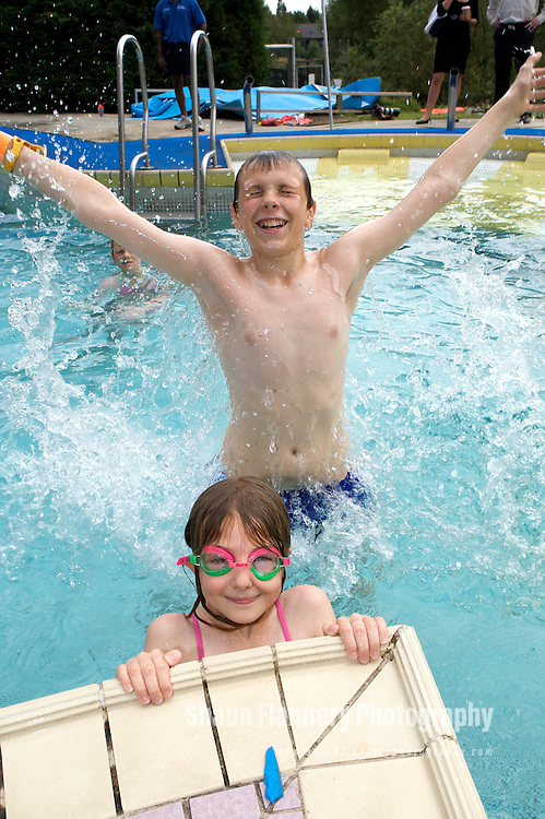Pix: Shaun Flannery/sf-pictures.com....COPYRIGHT PICTURE>>SHAUN FLANNERY>01302-570814>>07778315553>>..30th July 2008.............New Deal for Communities (NDC), The Voice..Swimming fun at Doncaster Dome.