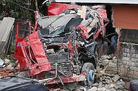SAO PAULO, SP, 02/05/2012, ACIDENTE ITAIM. Uma carreta bi-articulada colidiu contra uma casa que desabou parcialmente. O caidente acontecu apos a carreta comecar a descer sozinha pela Rua Carmine Monetti no Itaim Plta.  O motorista ao perceber, pulou na cabine e tentou frea-la, porem nao conseguiu, na colisao o motorista faleceu no local. FOTO: LUI GUARNIERI - BRAZIL PHOTO PRESS