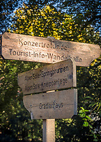 Deutschland, Bayern, Oberbayern, Berchtesgadener Land, Bad Reichenhall: Wegweiser im Koeniglichen Kurpark | Germany, Upper Bavaria, Berchtesgadener Land, Bad Reichenhall: sign post at Royal Spa Gardens