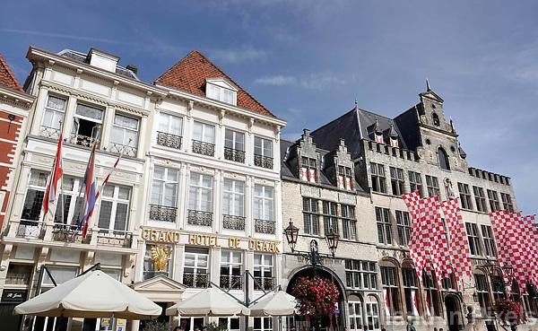 Nederland - Bergen op Zoom -  16 september 2018. Historische panden aan de Grote Markt.  Rechts het Stadhuis. Foto Berlinda van Dam / Hollandse Hoogte