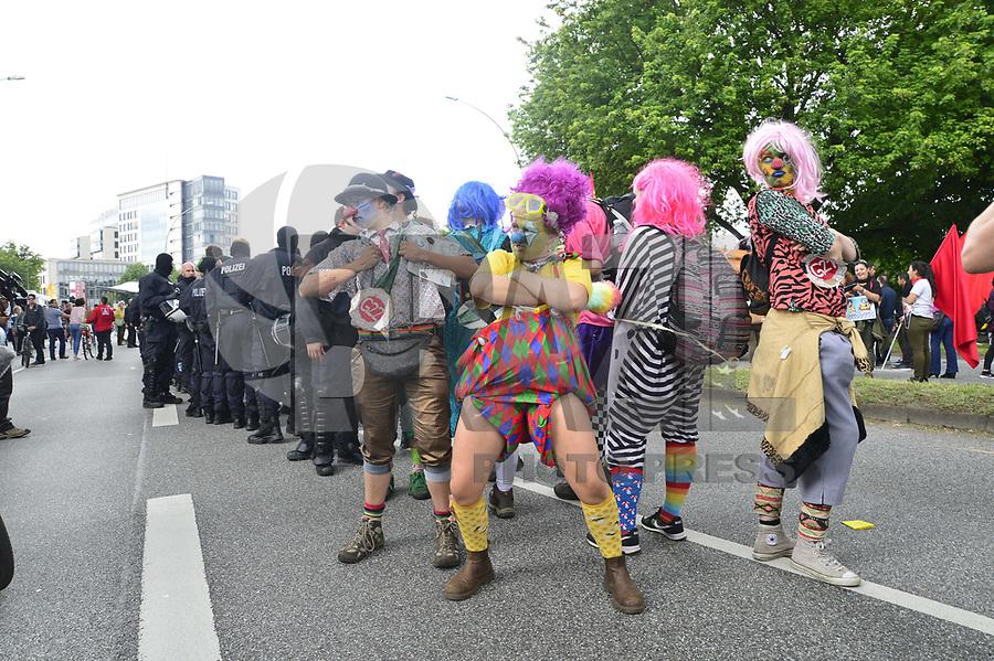 """HAMBURGO, ALEMANHA, 08.07.2017 - G20-PROTESTOS - Manifestantes durante ato """"não bem vindos"""" em Hamburgo na Alemanha neste sábado, 08. (Foto: Jan Sauerwein/Brazil Photo Press)"""