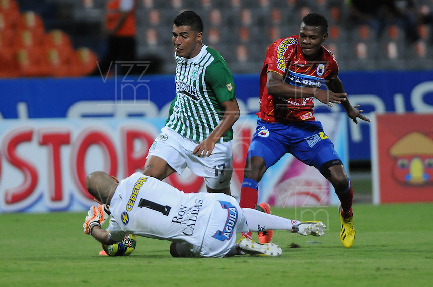 MEDELLÍN -COLOMBIA-26-05-2013. Jefferson Duque (Izq) de Nacional disputa el balón con un Jugador (Der) del Pasto durante partido de la fecha 17 Liga Postobón 2013-1./ Jefferson Duque( L) of Nacional fights for the ball with Player (R) of Pasto during match of the 17th date of Postobon  League 2013-1.  Photo:VizzorImage/Luis Ríos/STR