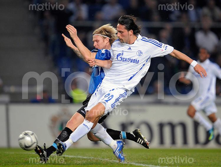 Fussball    1. Bundesliga    Saison 2008/2009    26. Spieltag     Arminia Bielefeld - FC Schalke 04         03.04.2009  Nico HERZIG (hinten, Bielefeld) im Zweikampf mit Kevin KURANYI (vorne, Schalke).