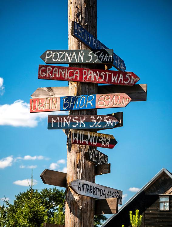 Drogowskazy informacyjne w Kruszynianach, Polska<br /> Information signposts in Kruszyniany, Poland