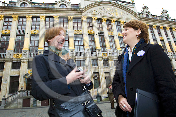 BRUSSELS - BELGIUM - 31 OCTOBER 2008 -- Laurie SINGH (Ri) is an active campaigner for Obama in Brussels. Here she is in the center of Brussels on the Grand Place talking to Myriam PESCH, who is from the German speaking minority of Belgium but supports as well Obama like the majority of Belgians. -- PHOTO: JUHA ROININEN / EUP-IMAGES