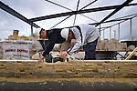 LEIDSCHE RIJN - Op de heuvel van de Utrechts A2 landtunnel werken metselaars aan de door annemer BM van Houwelingen uit Geldermalsen te bouwen basisschool Op De Groene Alm. In opdracht van de Katholieke Scholenstichting Utrecht (KSU) ontwierp Van Hoogevest Architecten uit Amersfoort een schoolgebouw waar tevens ruimte is voor een peutercentrum, naschoolse opvang en het huren van een sportzaal. De gevel wordt uitgevoerd in rood baksteen en de school krijgt een sedumdak.COPYRIGHT TON BORSBOOM
