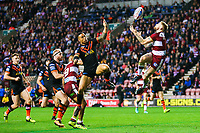 Picture by Alex Whitehead/SWpix.com - 20/04/2018 - Rugby League - Betfred Super League - Wigan Warriors v Castleford Tigers - DW Stadium, Wigan, England - Wigan's Sam Tomkins catches the ball ahead of Castleford's Ben Roberts.