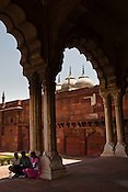 Visitors sit and rest at the 'Dwn-e-'m' (Place for public hearing) in Agra Fort in Agra, Uttar Pradesh in India. Photo: Sanjit Das/Panos pour Le Point