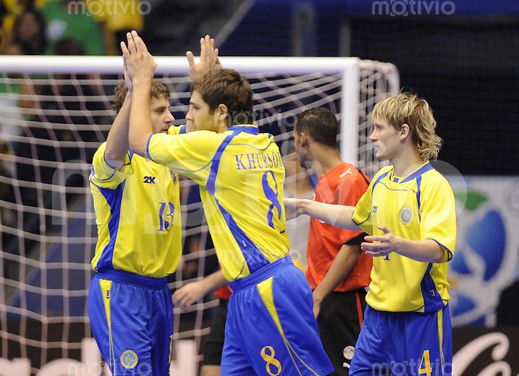 Fussball  International  FIFA  FUTSAL WM 2008   07.10.2008 Vorrunde Gruppe C Ukraine - Aegypten Ukraine - Egypt Fadir Pylypiv,Oleksandr Khursov und  Dmytro Ivanov  (von links, UKR) jubeln nach dem 1-0