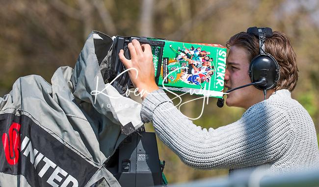 AMSTELVEEN - Cameraman met Stickr boek   tijdens   de hoofdklasse competitiewedstrijd dames hockey Pinoke-Oranje-Rood (0-5).   COPYRIGHT KOEN SUYK