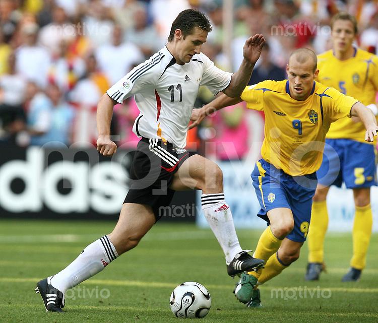 Fussball WM 2006  Achtelfinale  Deutschland - Schweden Miroslav Klose (GER)li, Fredrik Ljungberg (SWE)re
