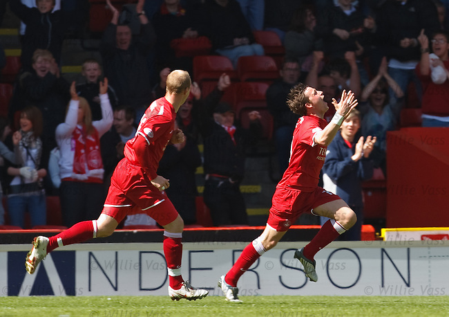 Chris Maguire scores for Aberdeen and celebrates