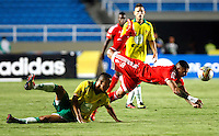CALI-COLOMBIA 5--OCTUBRE-2015:  Anibal Hernández del  América de Cali disputa el balon con Luis Muriel de Leones FC durante partido por la fecha 13 del Torneo Aguila jugado en  el estadio Pascual Guerrero / Anibal Hernandez  player of America de Cali fights the ball agaisnt Luis Muriel of Leones FC , during  thirteen date  match played in Pascual Guerrero Stadium ./Photo :VizzorImage / Stringer