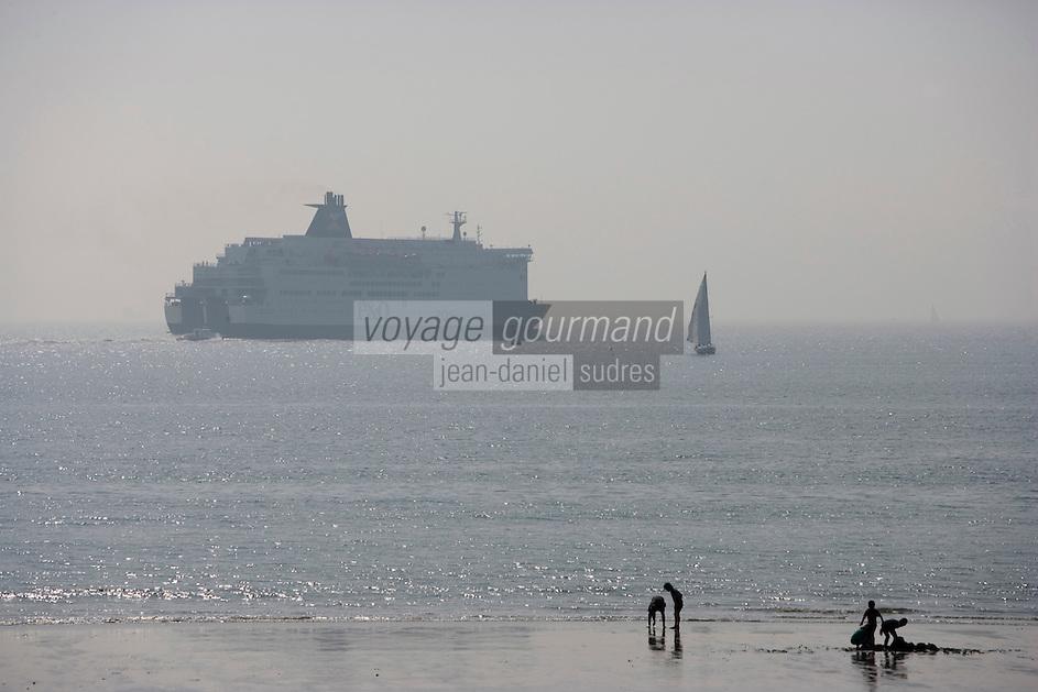 Europe/France/Haute-Normandie/76/Seine-Maritime/Le Havre: enfants sur la plage en fond les ferries qui font la liaison avec l'Angleterre
