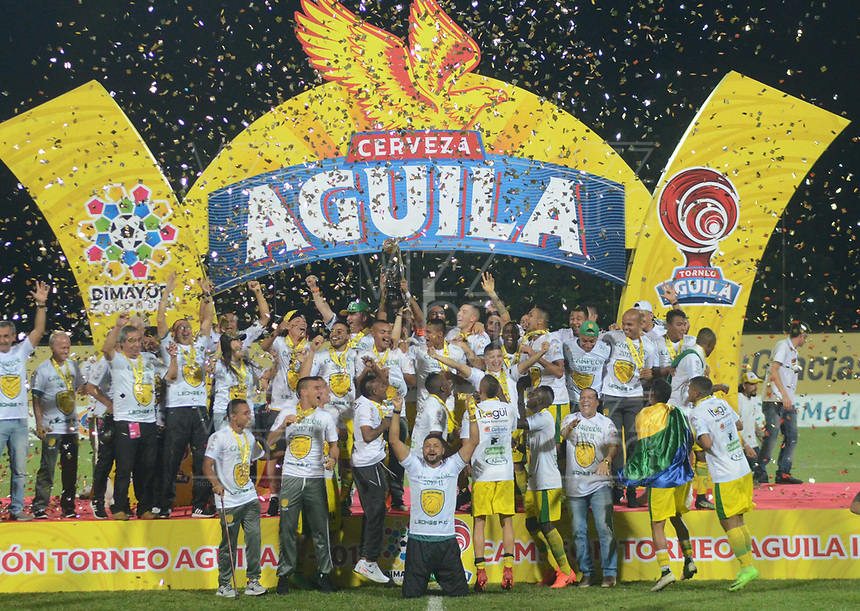 ITAGÜI - COLOMBIA - 26 - 11 - 2017: Los jugadores de Leones, celebran el titulo del Torneo Aguila y el ascenso a la categoría A después de empatar a cero goles con Llaneros en partido de vuelta entre Leones y Llaneros, por la final del Torneo Aguila Segundo Semestre 2017, en el Estadio Ditaires de la ciudad de Itagüi. / The players of Leones celebrate the title of the Torneo Aguila and the promotion to category A after tie  with Llaneros, in a match for the second leg between Leones and Llaneros of the final for the Torneo Aguila Second Semester 2017, at the Ditaires stadium in Itagüi city. Photo: VizzorImage / Leon Monsalve / Cont.