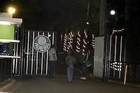 ATENCAO EDITOR: FOTO EMBARGADA PARA VEICULOS INTERNACIONAIS - SAO PAULO, SP, 19 DE NOVEMBRO 2012 - CT DO PALMEIRAS - Torcedores, policiais  e imprensa aguardam saida de jogadores do palmeiras em frente o Academia de Futebol da Barra Funda, na madrugada dessa segunda-feira, 19  - FOTO LOLA OLIVEIRA - BRAZIL PHOTO PRESS