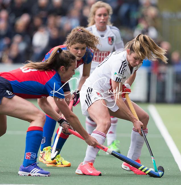 AMSTELVEEN -  Ellen Hoog in duel met  Sabine Mol en Roos Drost van SCHC,  tijdens de tweede halve finalewedstrijd in de Play offs tussen Amsterdam en  SCHC (2-0).  Amsterdam gaat door naar de finale. COPYRIGHT KOEN SUYK