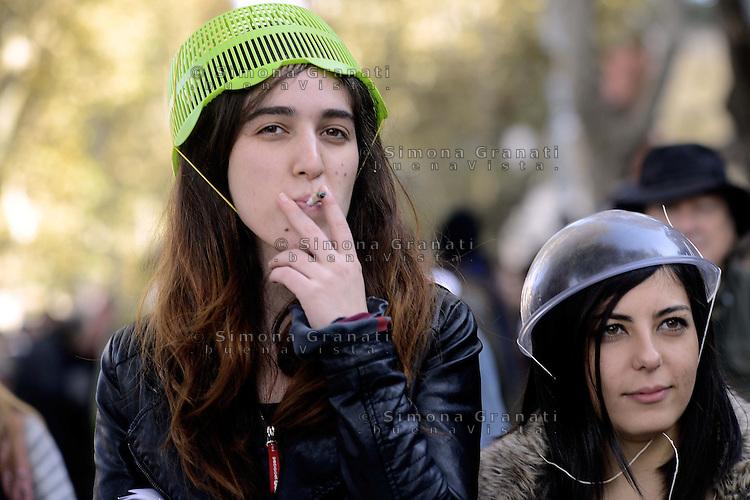 Roma, 24 Novembre 2012.Manifestazione contro i tagli alla scuola pubblica e il ddl 953.Ragazze con scolapasta al posto del casco