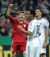 Fussball DFB Pokal:  Saison   2011/2012  2. Runde  26.10.2011 FC Bayern Muenchen - FC Ingolstadt 04 Jubel nach dem Tor zum 1:0 Thomas Mueller (li, FC Bayern Muenchen) Enttaeuschung bei Moise Bambara , Malte Metzelder (FC Ingolstadt )