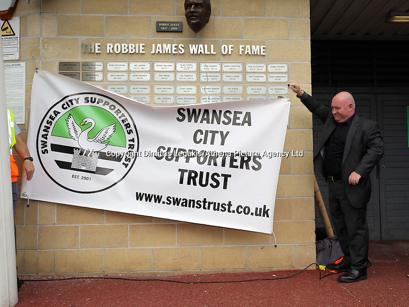 Pictured: Huw Cooze unveiling the wall. Saturday 22 September 2014<br />