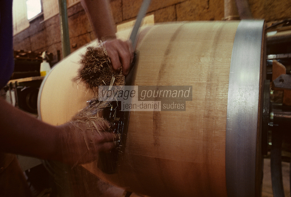 Europe/France/Poitou-Charentes/16/Charente/Cognac/Tonnellerie Seguin Moreau : Rabotage<br /> PHOTO D'ARCHIVES // ARCHIVAL IMAGES<br /> FRANCE 1990