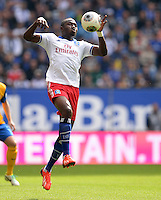 FUSSBALL   1. BUNDESLIGA   SAISON 2013/2014   4. SPIELTAG Hamburger SV - Eintracht Braunschweig                  31.08.2013 Jacques Zoua (Hamburger SV)  am Ball