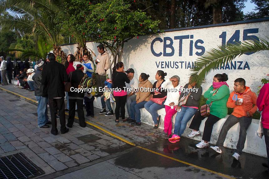 San Juan del R&iacute;o, Qro. 7 junio 2015.- Cientos de personas hicieron fila desde las 8 de la ma&ntilde;ana en las casillas especiales de este municipio.<br /> <br /> El dirigente municipal del PRI Javier Osornio, denunci&oacute; ante los medios de comunicaci&oacute;n que las personas que se encontraban formadas en las<br /> afueras de la escuela de nivel medio superior CBTIS145 fueron movilizados por presuntos panistas, por lo que personal del PRI invitabanna gritos que se fueran a sus comunidades, conmin&aacute;ndolos a no votar en ese lugar.