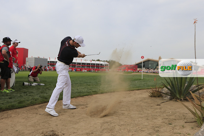 Martin Kaymer (GER) plays his drop shot on the 9th hole during Sunday's Final Round of the Abu Dhabi HSBC Golf Championship 2015 held at the Abu Dhabi Golf Course, United Arab Emirates. 18th January 2015.<br /> Picture: Eoin Clarke www.golffile.ie