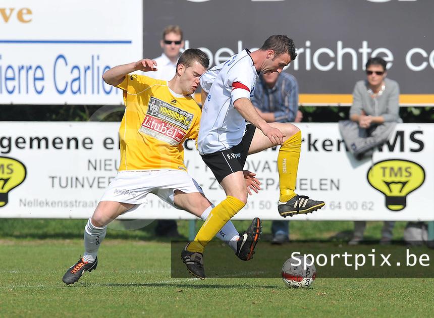SC Wielsbeke - SK Eernegem : Alain Vanhegen aan de bal voor zijn belager.foto VDB / BART VANDENBROUCKE
