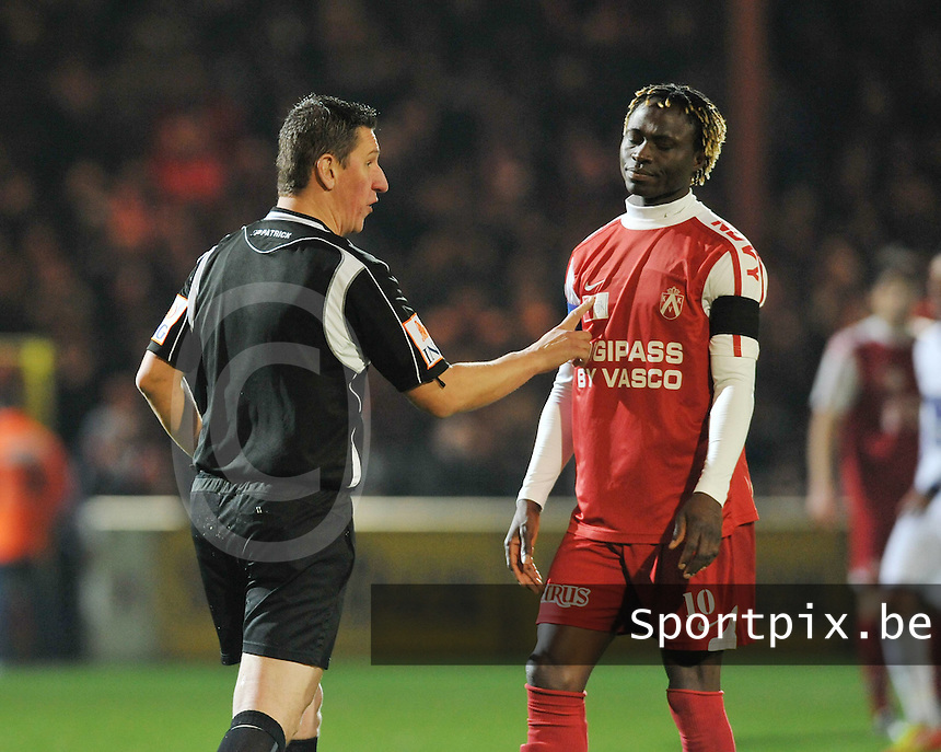 KV Kortrijk - RSC Anderlecht : Ernest Nfor in discussie met scheidsrechter Laurent Colemonts.foto VDB / BART VANDENBROUCKE