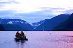 sortie en zodiac pour aller voir les grizzlies en train de pecher dans les estuaires.Inflated boat are used to go onshore and to look for grizzlies feeding on salmon in the estuaries.