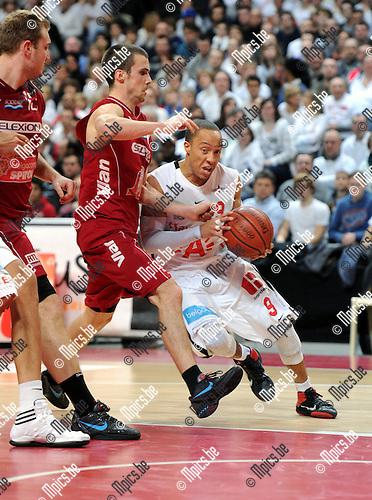 2012-02-15 / Basketbal / seizoen 2011-2012 / 1/4 finale Beker van België / Antwerp Giants - Charleroi / Sportpaleis / Timothy Black (Giants) wil voorbij Amaury Jadin ..Foto: Mpics.be